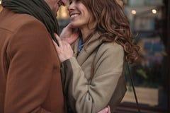 Couples affectueux mignons exprimant leur penchant images libres de droits