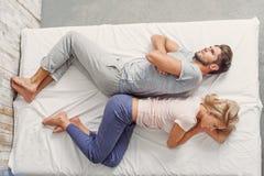 Couples affectueux offensés dans la chambre à coucher images libres de droits