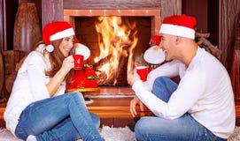 Couples affectueux par la cheminée Photographie stock libre de droits