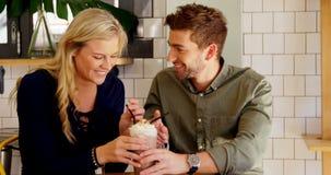 Couples affectueux partageant le milkshake 4k banque de vidéos