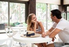Couples affectueux passant le temps en café Image stock
