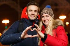 Couples affectueux pendant la nouvelle année Image stock