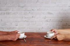 Couples affectueux pluss âgé se reposant en café et café potable Photo stock