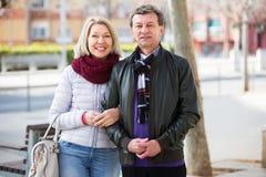Couples affectueux posant le togethe Image stock