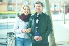 Couples affectueux posant le togethe Photos stock