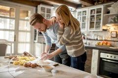 Couples affectueux préparant des pâtes dans la cuisine photo libre de droits