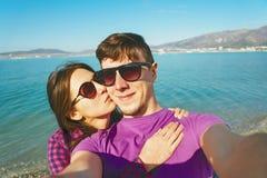 Couples affectueux prenant l'autoportrait sur la plage Photographie stock libre de droits