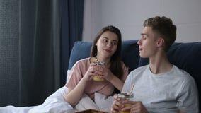 Couples affectueux prenant le petit déjeuner se trouvant dans le lit banque de vidéos