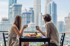 Couples affectueux prenant le petit déjeuner sur le balcon Table de petit déjeuner W Photos stock