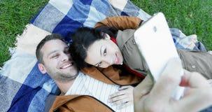 Couples affectueux prenant le selfie avec le téléphone portable 4k banque de vidéos