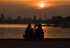 Couples affectueux regardant le soleil photos stock