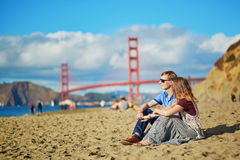 Couples affectueux romantiques ayant une date sur la plage de Baker à San Francisco Photo stock