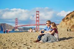 Couples affectueux romantiques ayant une date sur la plage de Baker à San Francisco Photo libre de droits