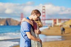 Couples affectueux romantiques ayant une date sur la plage de Baker à San Francisco Photographie stock libre de droits
