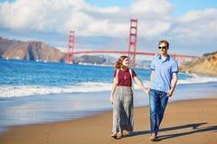 Couples affectueux romantiques ayant une date sur la plage de Baker à San Francisco Images stock