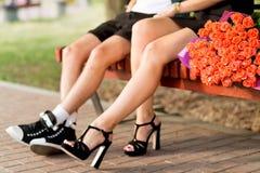 Couples affectueux romantiques sur le banc se reposant près de l'un l'autre photos libres de droits