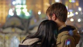 Couples affectueux s'étreignant et appréciant la belle vue de ville de nuit, amour clips vidéos