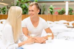 Couples affectueux se reposant dans le café Images libres de droits