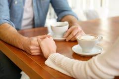 Couples affectueux se reposant dans le café Photos libres de droits