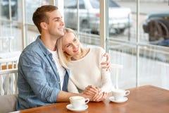 Couples affectueux se reposant dans le café Image libre de droits