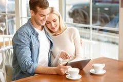 Couples affectueux se reposant dans le café Photographie stock