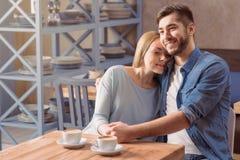 Couples affectueux se reposant dans le café Photos stock