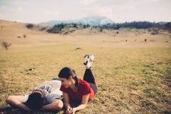 Couples affectueux se reposant en nature image libre de droits