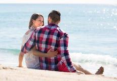 Couples affectueux se reposant sur le sable de plage Photographie stock