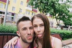 Couples affectueux se reposant sur un banc sur un mail un jour ensoleillé Photo stock