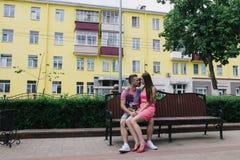 Couples affectueux se reposant sur un banc sur un mail un jour ensoleillé Photographie stock