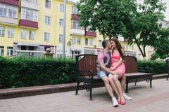 Couples affectueux se reposant sur un banc sur un mail un jour ensoleillé Photos libres de droits