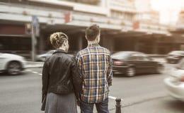 Couples affectueux se tenant près du passage piéton dans la grande ville Image libre de droits