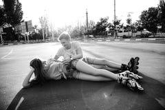 Couples affectueux se trouvant sur l'asphalte Rebecca 36 Image libre de droits