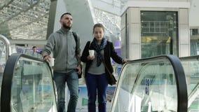 Couples affectueux sur l'escalator à l'aéroport banque de vidéos