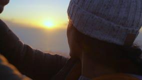 Couples affectueux sur la montagne au coucher du soleil banque de vidéos