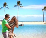 Couples affectueux sur la plage Images stock