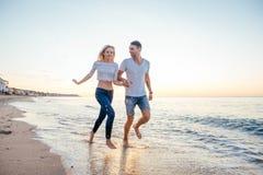 Couples affectueux sur la plage Images libres de droits