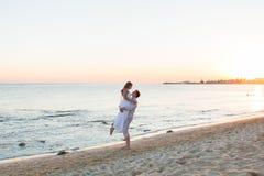 Couples affectueux sur la plage photo stock