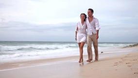 Couples affectueux sur la plage dans le mouvement lent banque de vidéos