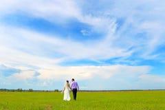 Couples affectueux sur la promenade photo stock