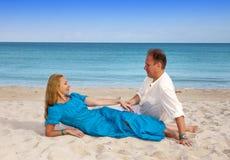Couples affectueux sur le bord de la mer, Cuba, Varadero Photographie stock