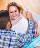 Couples affectueux sur le divan Photographie stock