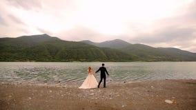 Couples affectueux sur le fond de la rivière et des montagnes clips vidéos