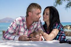 Couples affectueux sur le fond de mer Images libres de droits