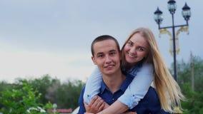 Couples affectueux sur le mouvement lent heureux de rue clips vidéos