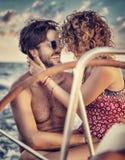 Couples affectueux sur le voilier Photo stock