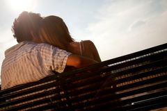 Couples affectueux sur un banc Photo stock