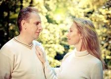 Couples affectueux sur un feuillage de fond avec un rétro effet Images libres de droits