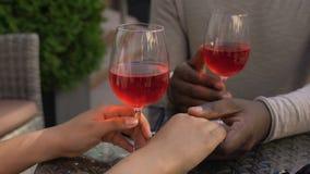 Couples affectueux tenant des mains détendant en café avec des verres de vin sur la table, date banque de vidéos