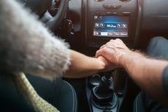 Couples affectueux tenant des mains dans la voiture Concept d'automne Voyage de forêt d'automne en la voiture Image libre de droits